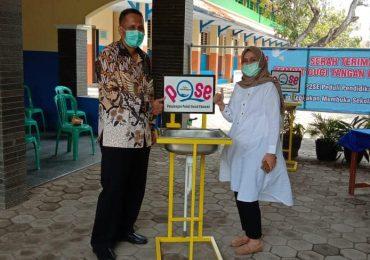 Serah terima produk cuci tangan dari SMK Muhammadiyah Pekalongan